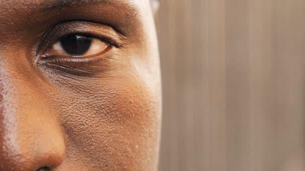 Fél, egy fekete ember arca