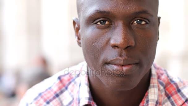 Krásný a mladý černoch