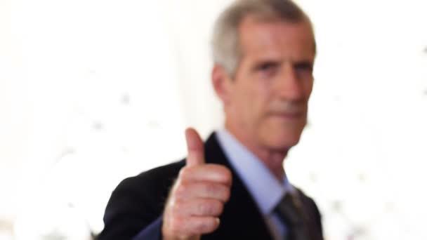 Defocused üzleti ember csinál hüvelykujj