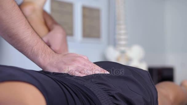 rehabilitační léčba: fyzioterapeut ovládání nohou a zad