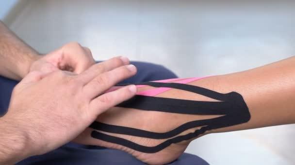 ad094b3eb1e22 Physiothrapist Aplicação Kiniesology Tornozelo Paciente Sexo Feminino —  Vídeo ...