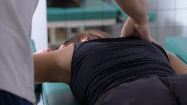 fyzioterapeut masáže fyzioterapie náramenice relace pacienta