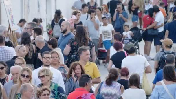 Dav lidí, kteří jdou na ulici v létě-7 srpna 2017, Alberobello, Itálie