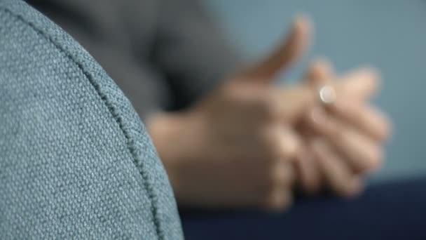 rozmazané pacient ruce během psychoterapeutické relace: nervozita, anxiet