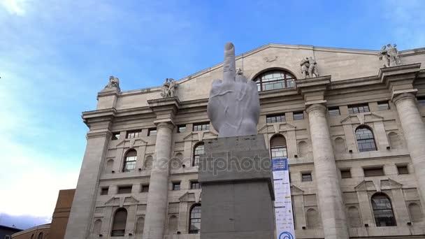 Panoramica vista di l.o.v. e scultura a Milano, Italia