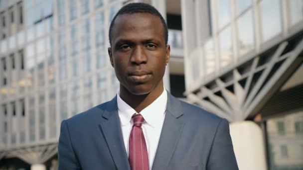 fiatal fekete üzleti ember húzza fel a hüvelykujját, fel a kamera