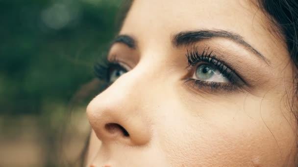 Modré oči mladé ženy uzavřené, otevření zblízka