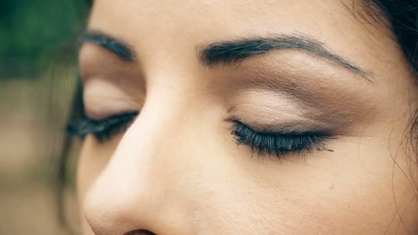schöne Frau öffnet ihre blauen Augen, Makro