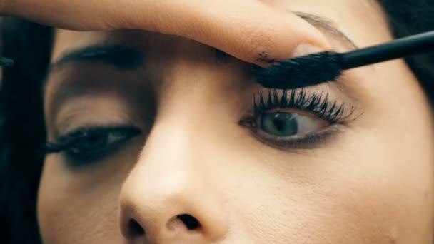 použití řasenky na krásná žena modré oči