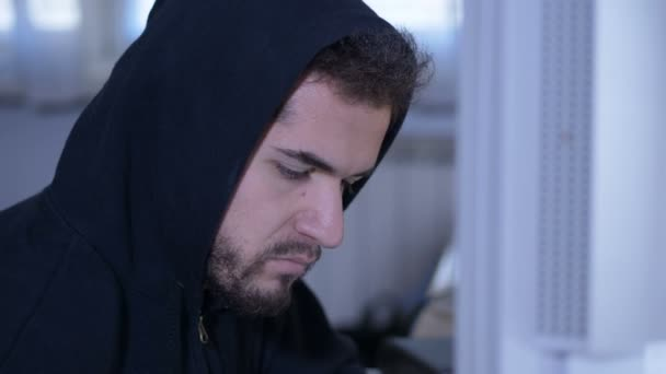 hezký Hacker tvář pracuje na počítači