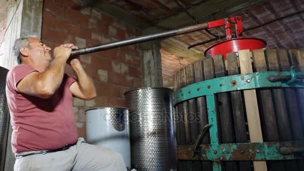 Tvorba domácí víno v jižní Itálii: farmář lisování hroznů