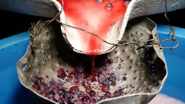 čerstvé domácí víno tekoucí - jižní Itálie - zblízka