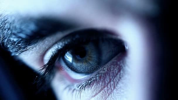 mužské oko otevře, zobrazení makra.