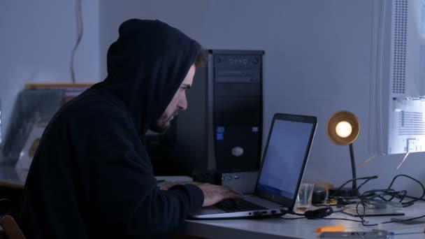 Hackerům útočit počítačového systému v tmavé kanceláři