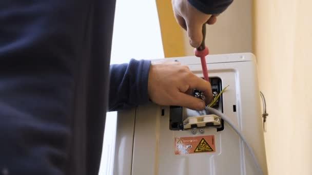 Klimaanlage mit Schraubenzieher reparieren