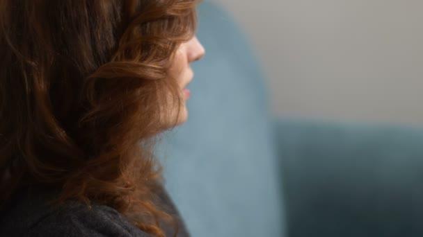 rozmazané ženské ruce během zasedání psychoterapeut: úzkost, stres
