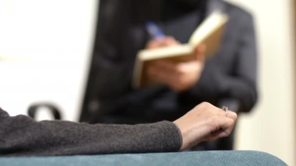 nervózní žena ruku, terapeutické sezení