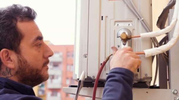 Techniker schraubt an Klimaanlage