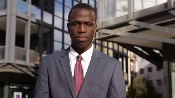 jistý mladý africké podnikatel založenýma rukama zírala na kameru