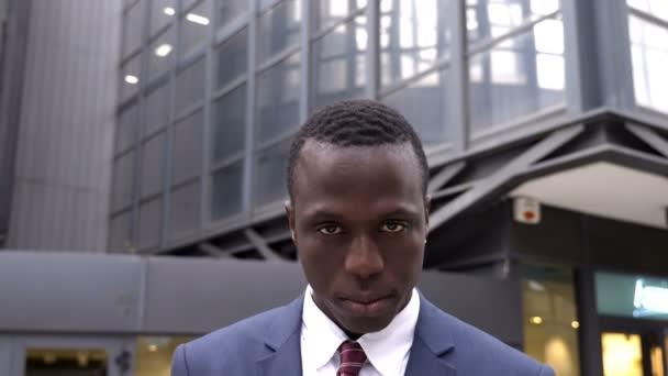 Jistý a úspěšné černé business člověk na ulici, při pohledu na fotoaparát