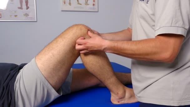 fyzioterapeut pracující na pacientovi na klinice