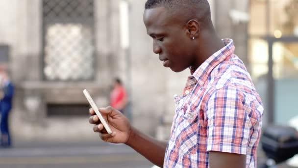 krásný černý muž pomocí telefonu ve městě