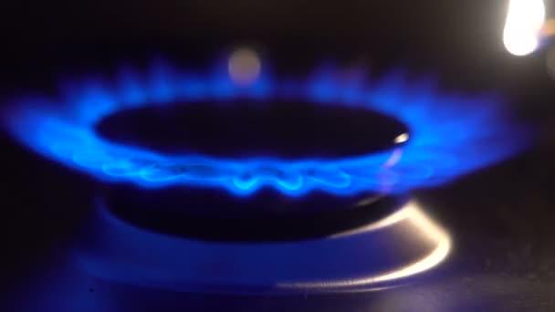 Gas aus Küchenherd mit Streichholz verbrennt