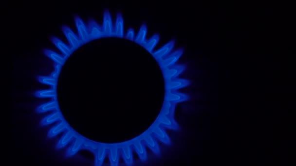 Gas brennt aus einem Küchenherd mit einem Streichholz in Zeitlupe
