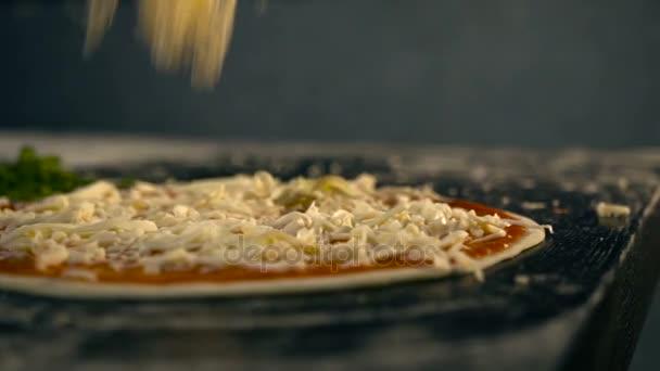 Sýrové připadne na pizzu. Zpomalený pohyb