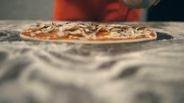 Kuchař dá žampiony na pizzu. Zpomalený pohyb