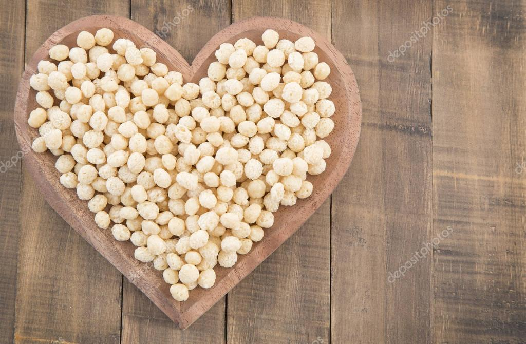 Expanded quinoa seeds (Chenopodium quinoa)