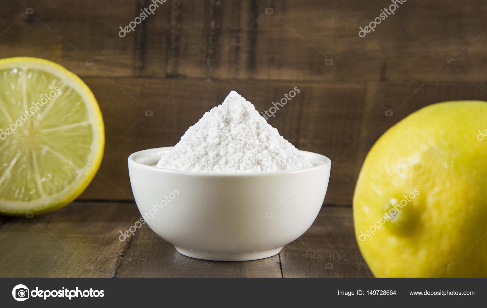 Limone e bicarbonato di sodio sulla tavola di legno — Foto Stock ...