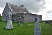 Fotografie Geändert von mittelalterlichen Stein christliche Kirche namens Tempel Connor mit modernen Dach in Clonmacnoise in Irland noch für christliche Linienverkehr verwendet