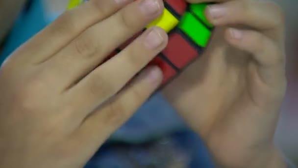 dítě sbírá rubik kostky puzzle