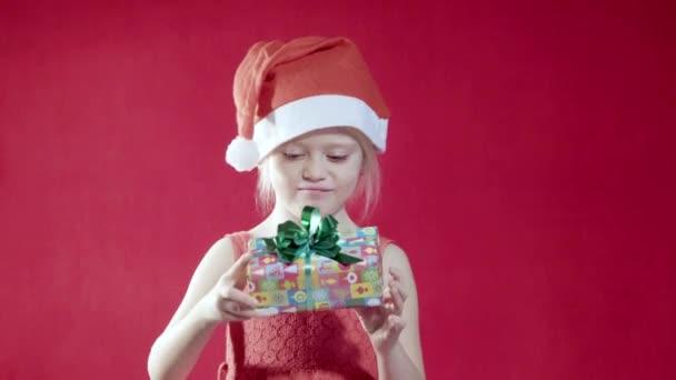 dívka s vánoční dárky