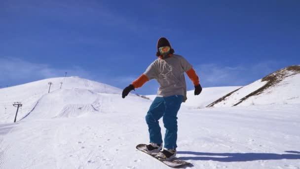 Snowboarder bereitet sich auf Abfahrt in den Bergen vor