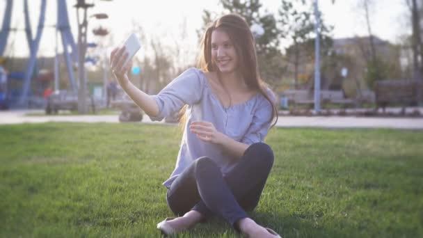 Boldog lány szórakozás napos Park, mosolygó, nevető, selfie, hogy
