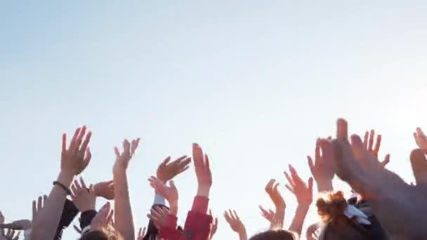 kezet emelt az ég felé a tömeg az emberek