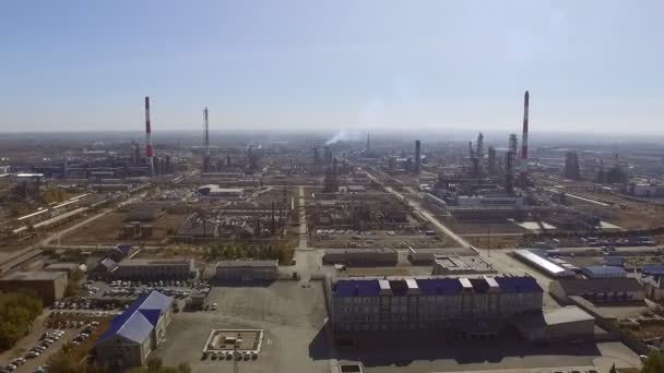 Überflug einer riesigen Fabrik