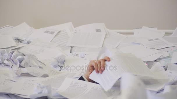 muž našel důležitý dokument v partě zbytečných dokumentů