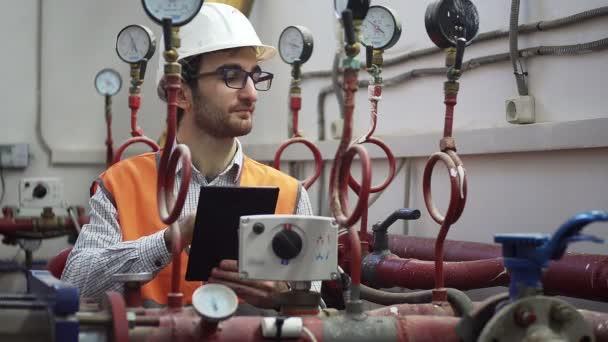 Ingenieur für Wärmeversorgung arbeitet vor Ort