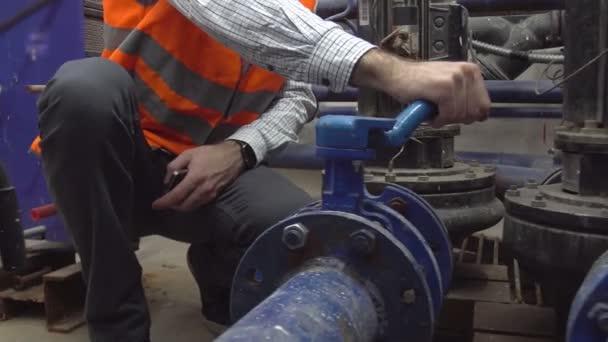 ventil topení vedoucí inženýr otevírá systém vytápění