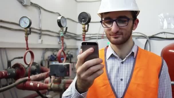 vedoucí inženýr vytápění funguje na místě mluvit na telefonu