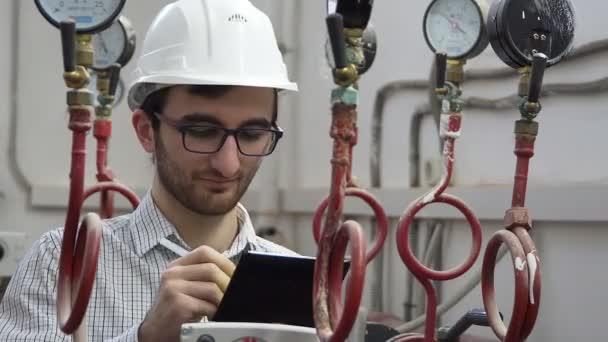 Ingenieur in der Wärmeversorgung arbeitet vor Ort