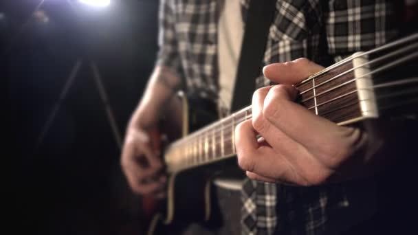 kytarista hraje na kytaru. Hmatník closeup.