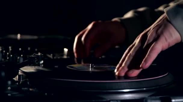DJ játszik vinil. turntablism a hip-hop stílus