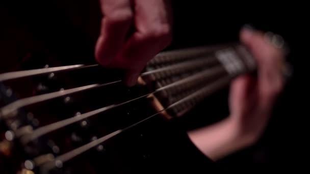 Hudebník hraje pět řetězce makro elektrická basová kytara