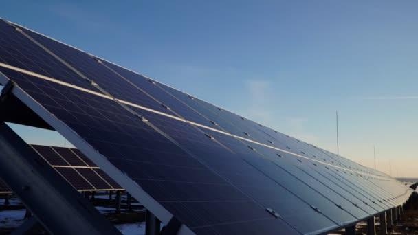 Solární panely. Sluneční baterie v poli na slunci. moderní zelená energie.