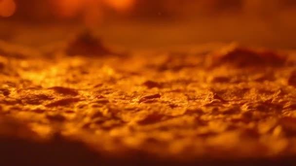 Sok forró sajt van a pizzán. Sült tészta és finom sajtos szalámi. Pizza készítő flips pizza főzés spatula