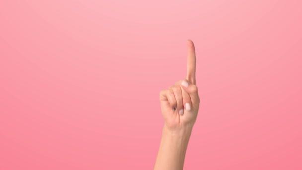 Egy nő felemeli a kezét. Közelről, ahogy egy nő kezet ránt vele, felfelé mutatva.